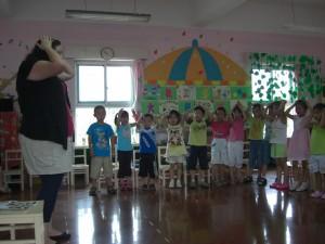 那首国际通用的歌曲,大朋友小朋友都听得懂,肢体语言也丰富~~